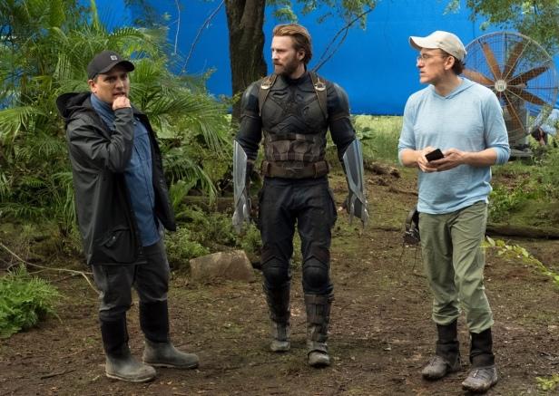 I fratelli Anthony e Joe Russo con l'attore Chris Evans sul set di Avengers